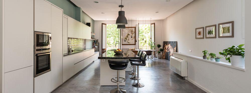 Cocina con una gran isla. Con fregadero, almacenaje y zona para comer - Proyecto Loft Barcelona - Sincro