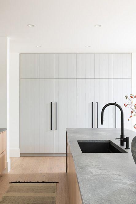 Cuina minimalista de colors clars i aixeta negra
