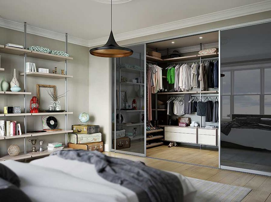 Vestidor en el dormitori separat per una porta corredissa de dues fulles.