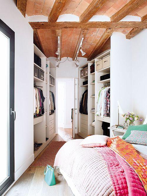 Vestidor en paral·lel situat a la zona de pas de l'entrada de dormitori.