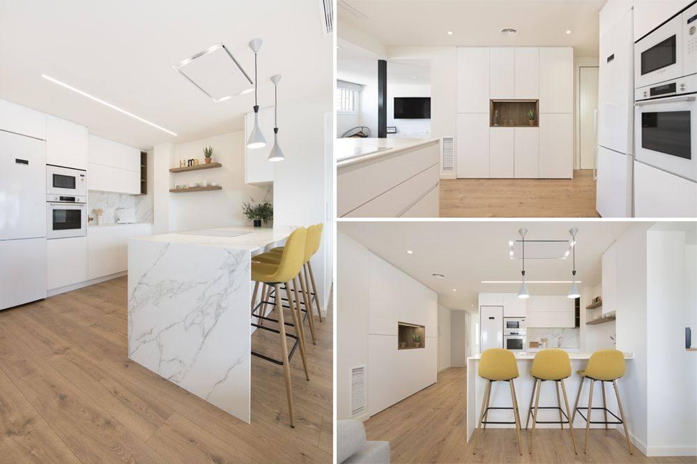 Cocina blanca con toques de madera en el estante y suelo laminado