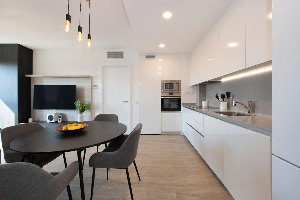 Mobiliario comedor negro en cocina abierta. Interioristas Sincro