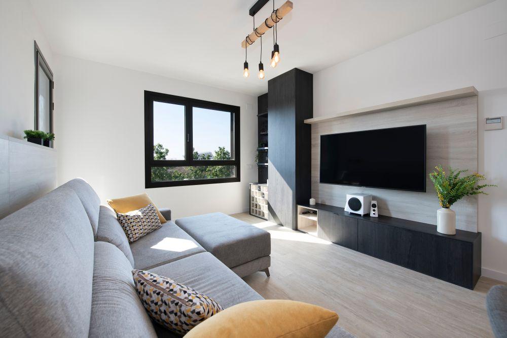 Mueble tv Tegar con panel de madera donde cuelga el televisor. Piso obra nueva