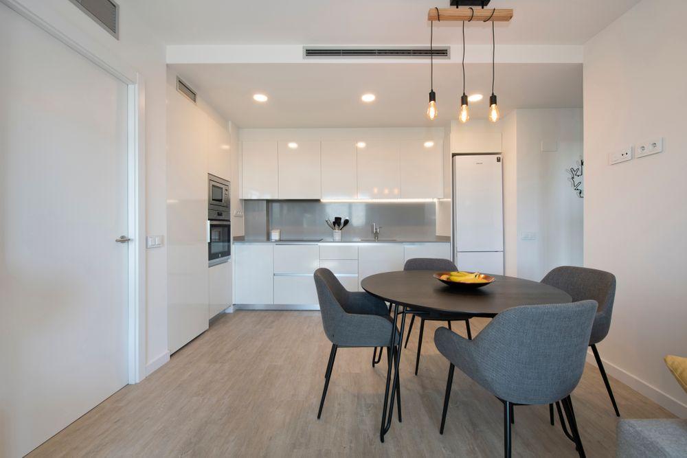 Mobliario comedor Kave Home con tonalidades oscuras negro gris para cocina blanca. Proyecto de mobiliario piso obra nueva en Barcelona Sincro.