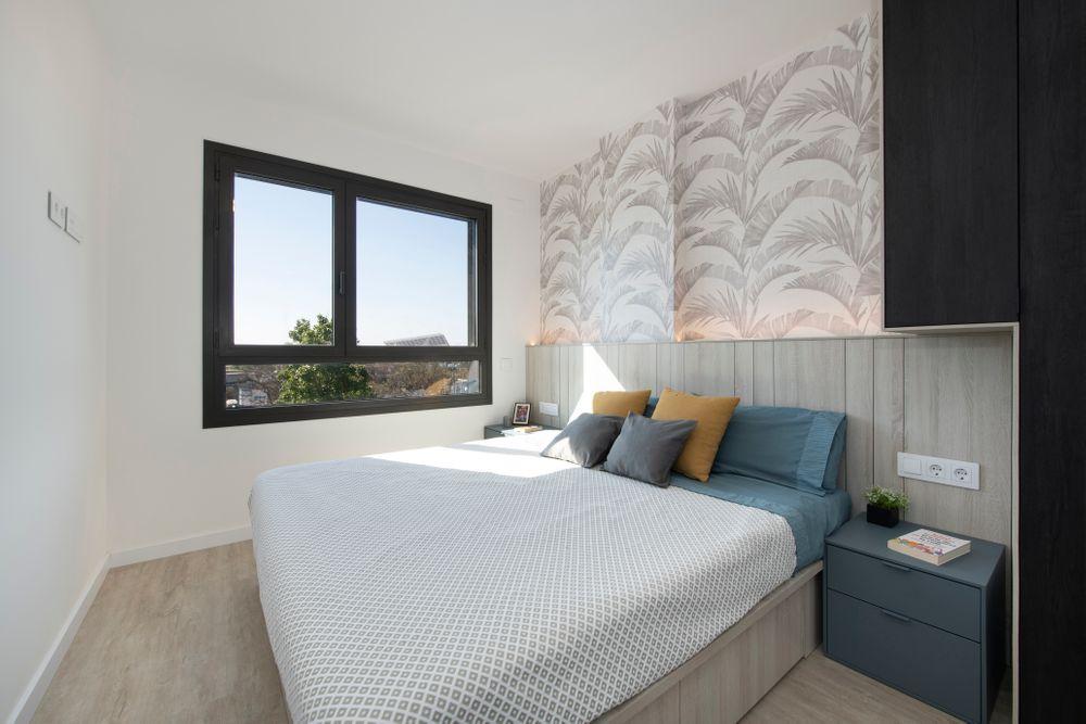 Cabecero de cama de madera y con la pared en papel pintado. Proyecto decoración piso obra nueva
