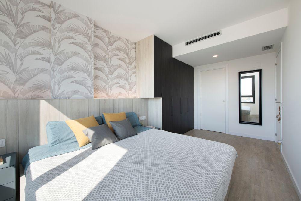Muro con mueble a medida a doble altura que se fusiona con el cabecero cama. Proyecto mobiliario obra nueva.