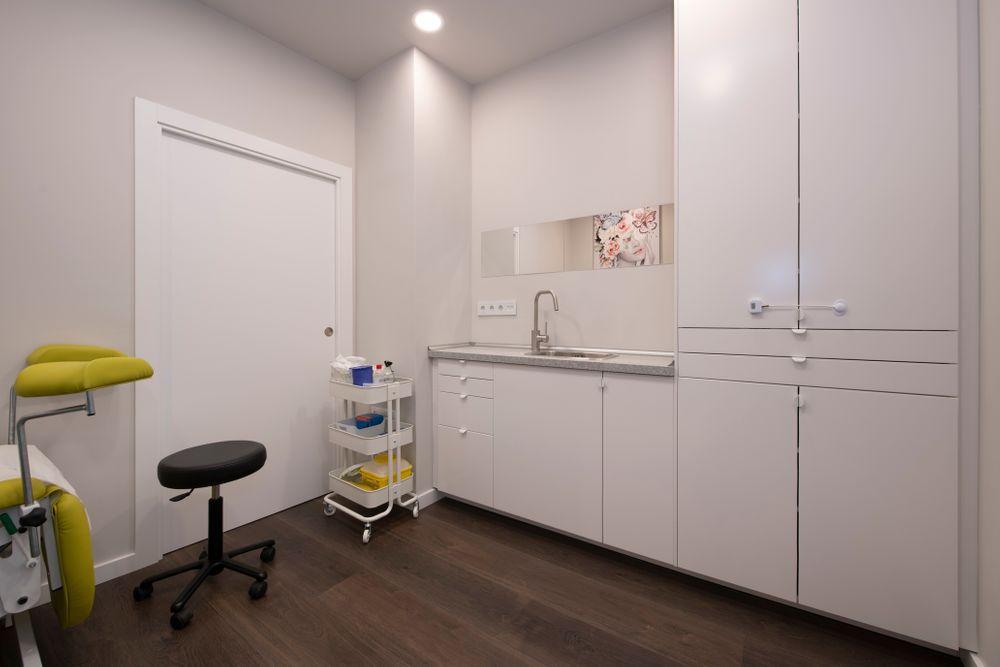 Mobiliario consulta médica en la sala de ginecología