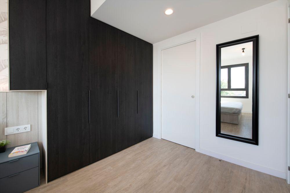 Armario de dormitorio de madera negro de Tegar fabricado a medida.