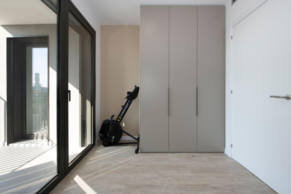 Habitación con armario a medida y revestimiento pared Vescom para proteger de golpes y rozaduras