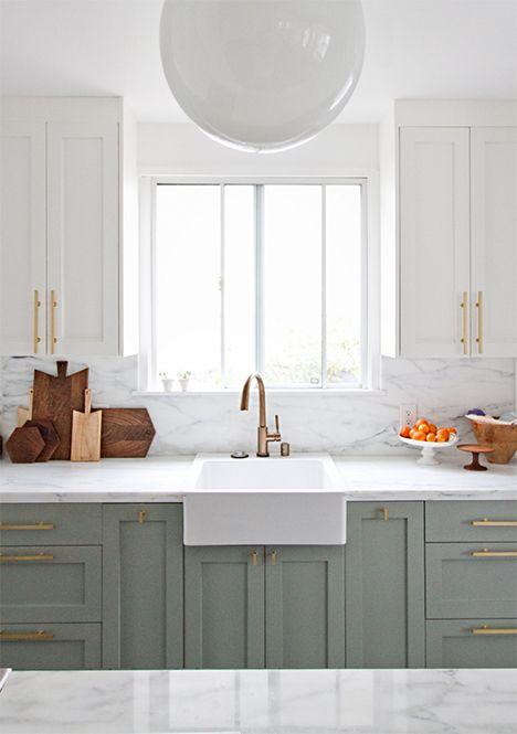 Fregadero de estilo rústico con lado visible sobre bastidor del mueble bajo de cocina