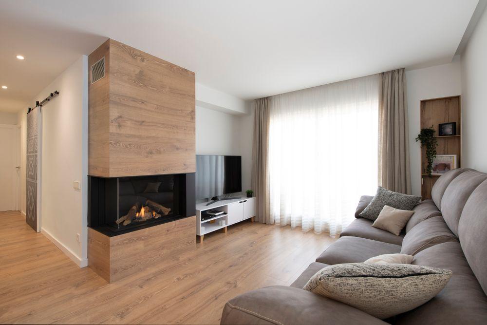Salón con chimenea con revestimiento de madera