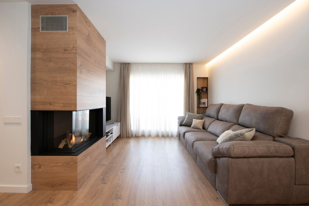 Salón con acabados de madera y chimenea de gas