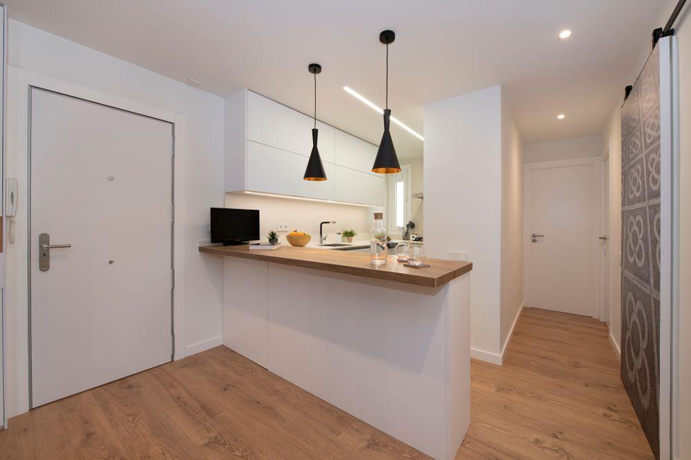 Barra de cocina blanca con el sobre de madera