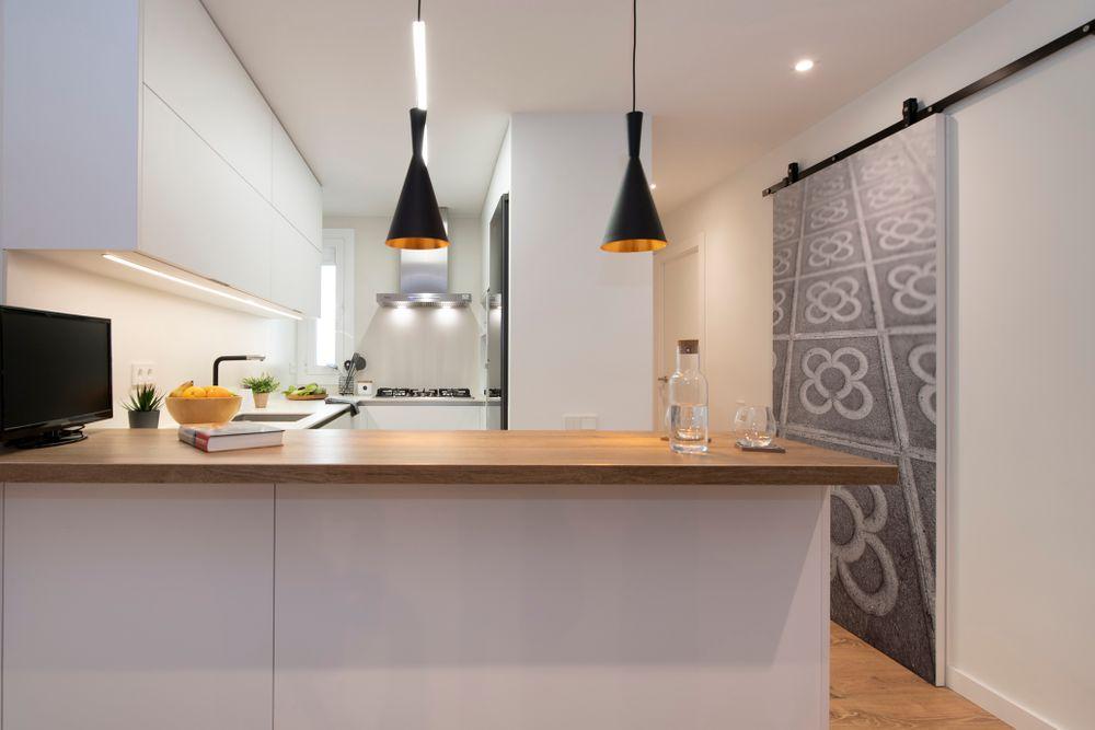 Cocina abierta de color blanca con barra
