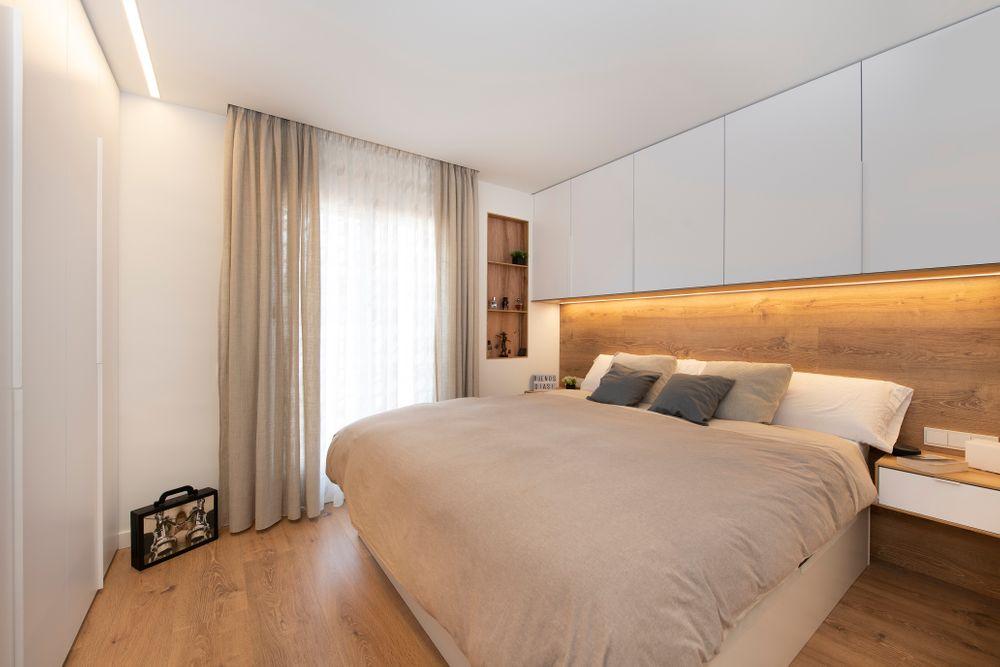 Cabecero de cama con armarios altos