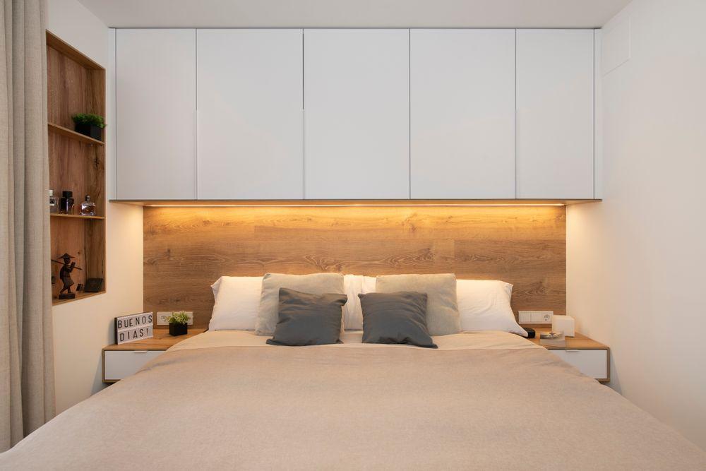 Cabecero de madera iluminado con tira led y mueble alto. Sincro Reformas