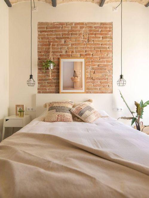 Maó vist en una paret de dormitori a manera quadre