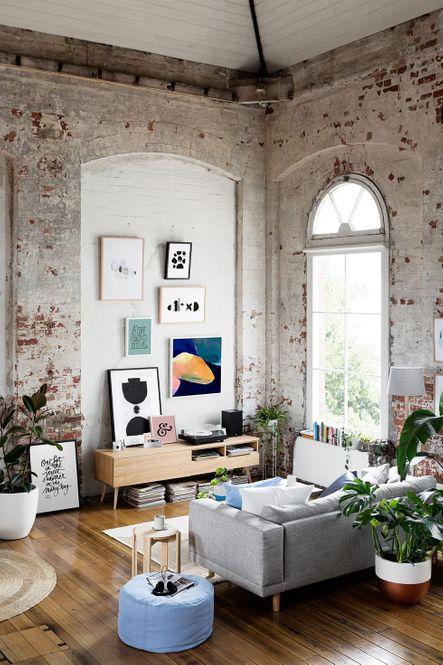 Habitatge tipus loft amb la pintura del maó vist desgastat