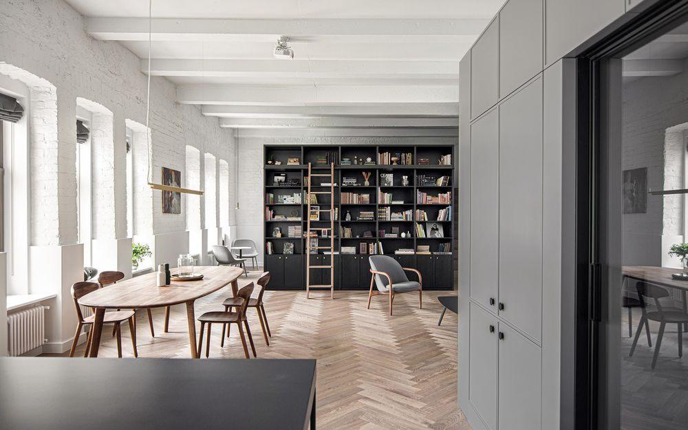 Maó vist pintat de blanc en un pis modern